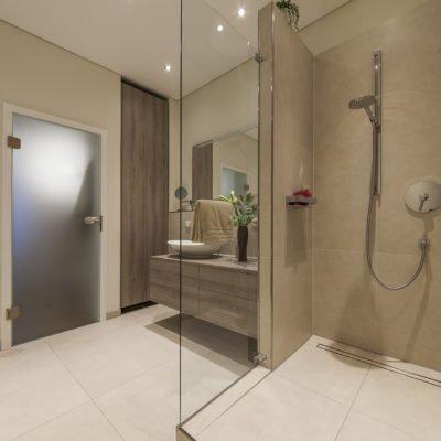 Badezimmer-wohnen-Badmöbel-Dusche-Spiegel