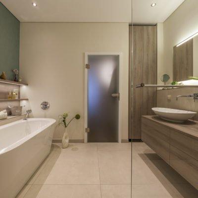 Badezimmer-wohnen-Badmöbel-Waschbecken-Badewanne