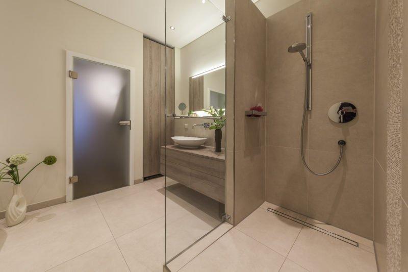 Badezimmer-wohnen-Badmöbel-Waschbecken-Dusche
