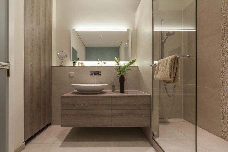 Badezimmer-wohnen-Badmöbel-Waschbecken-Dusche-Spiegel