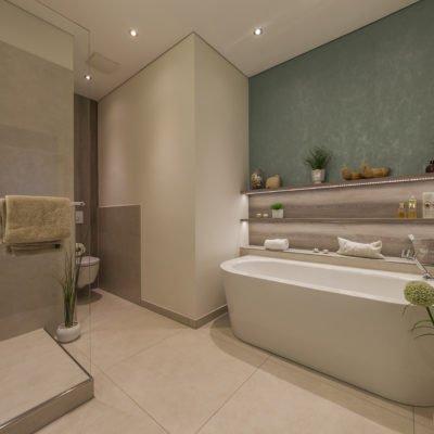 Badezimmer-wohnen-Dusche-WC-Badewanne
