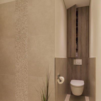 Badezimmer-wohnen-Dusche-WC-Schrank