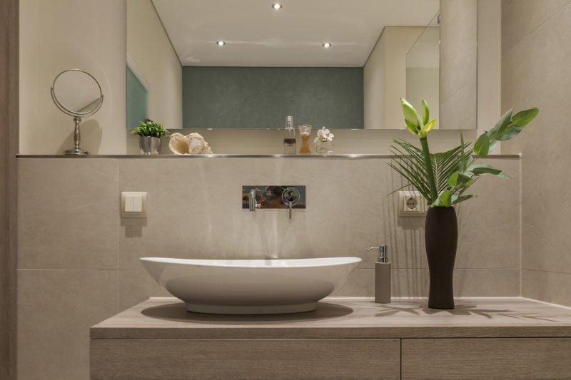 Badezimmer-wohnen-Waschbecken-Armatur-Spiegel