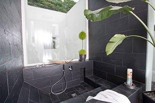 Design-im-Quadrat-Referenzbad-Badewanne