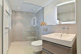 klein-und-fein-Referenz-Bad-bodengleiche-Dusche-Waschtisch