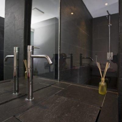 Design-im-Quadrat-Referenzbad-Armatur-Spiegel-Waschbecken