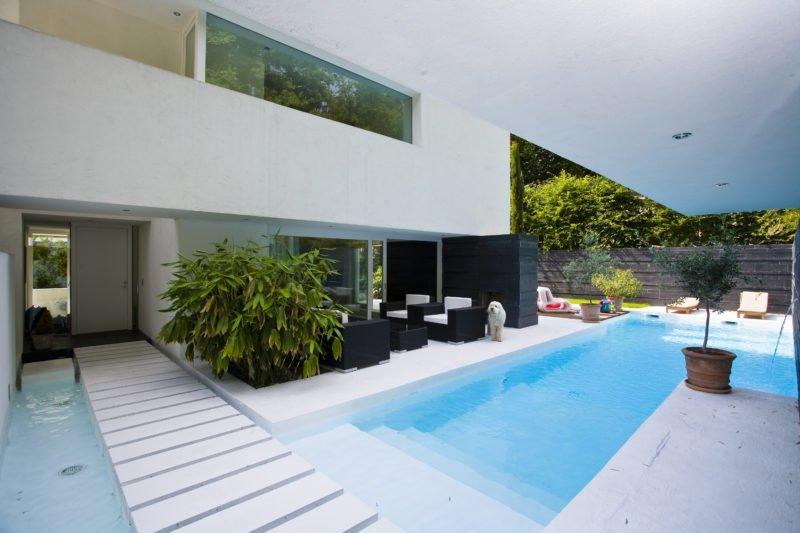 Design-im-Quadrat-Referenzbad-Schwimmbecken-Außenbereich