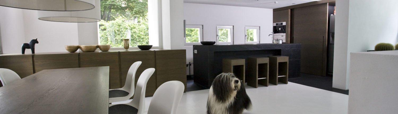 Design-im-Quadrat-Referenzbad-Wohnzimmer-Esszimmer-Hund