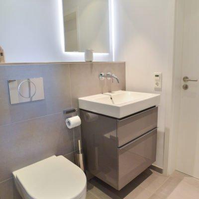 klein-und-fein-Referenz-Bad-WC-Toilette-Waschtisch-Armatur-Spiegel