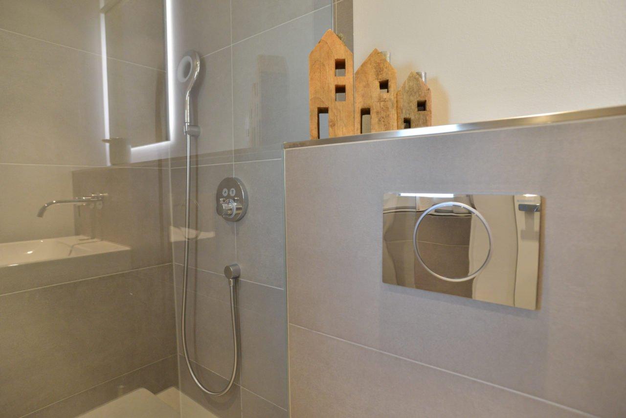 klein-und-fein-Referenz-Bad-bodengleiche-Dusche-WC-Toilette